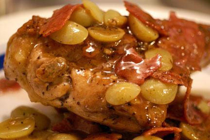 Как приготовить курицу с начинкой из винограда и запечь целиком в духовке - простой рецепт