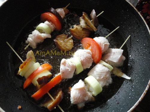 Как пожарить шашлык в сковороде - куриная грудка. помидоры, лук и баклажаны