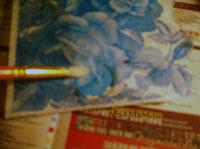 Как промазать клеем салфетку и приклеить к доске - этапы декупажа разделочной доски