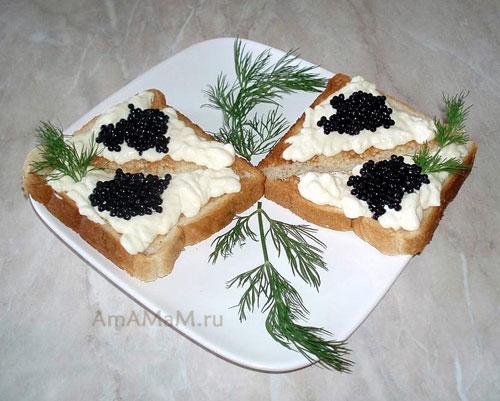 Вкусные гренки с соленым кремом из мягкого сыра и белковой икры