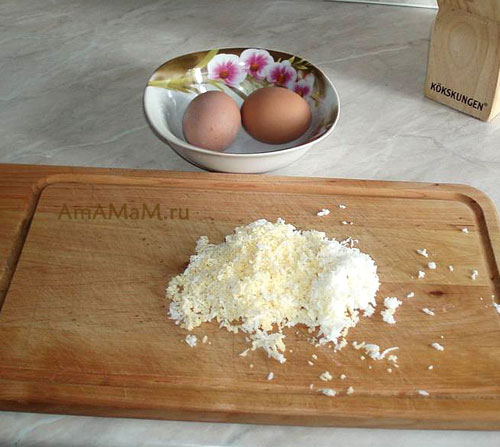 Натираем яйца для крема, который будем выкладывать на очень вкусные гренки!