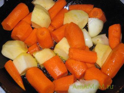 Обжариваем овощи для вкусного мясного рагу с овощами и грибами (шампиньонами)