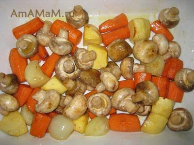 Выкладываем овощи и грибы в жаровню для тушения мяса для рагу Бланкет де Во