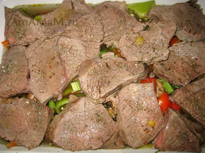 Телятину нарезали крупными кусками и выложили поверх овощей