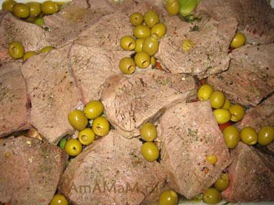 Засыпаем овощное рагу  с мясом оливками