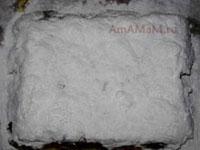 Поверх масла посыпаем обильно сахарной пудрой рождественский пирог