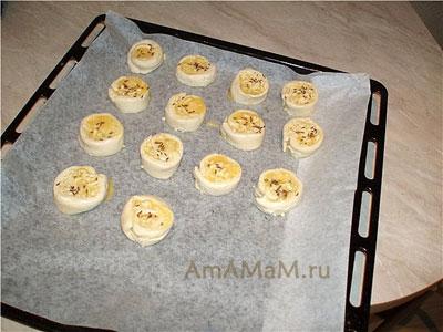 Выкладываем сырные рулетики Juusturullid на противень и запекаем
