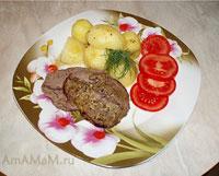 Классический английский ростбиф с гарниром из картошки и помидоров