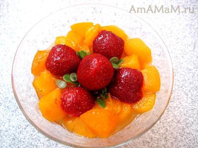 простой десерт из бананов, клубники и абрикосов