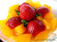 Банановый десерт с абрикосами и клубникой