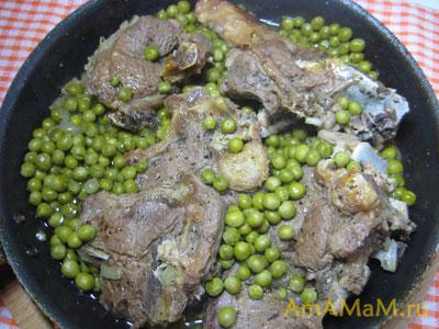 Сковородка с бараниной и зеленым горошком