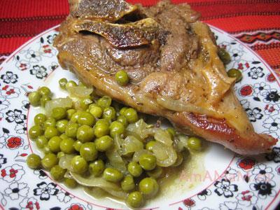 Баранина тушеная с зеленым горошком и луком