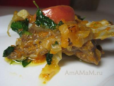 Готовые ребра баранины с тыквой, луком, черносливом и яблоком