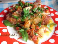 Баранья грудинка, тушеная с луком, чесноком и помидорами