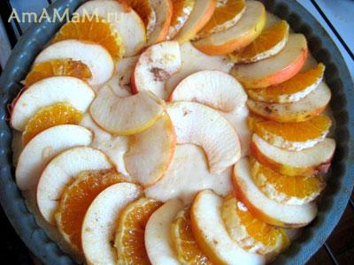 схватившийся пирог вынули из духовки и выложили на него нарезанные фрукты