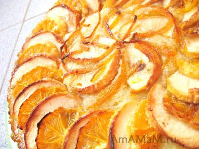 пирог из бисквитного теста с фруктами