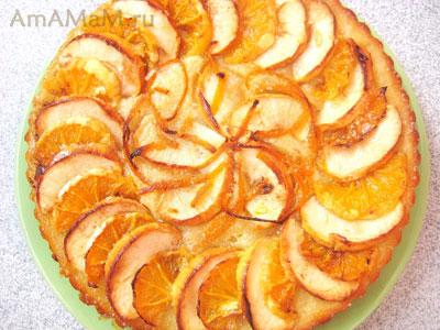 готовый фруктовый бисквитный пирог