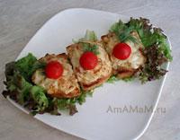 Закуска - бутерброды со сливочно-грибным соусом и из сыра с плесенью