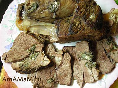 Душистая отварная баранина на косточке, нашпигованная луком, чесноком и зеленью
