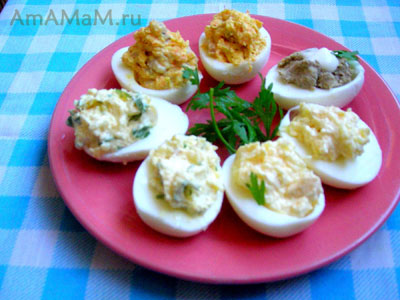 Яйца фаршированные селедкой, паштетом, зеленью и сыром