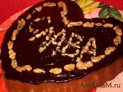 шоколадный пирог с вишней и мандарином, украшенный грецкими орехами