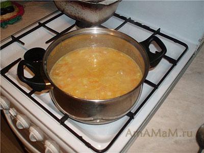 Гороховый суп-пюре варится на плите