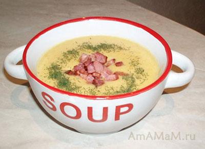 Гороховый суп-пюре, посыпанный кусочками жареного бекона