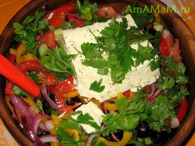 Греческий салат с фетой (можно взять и брынзу)