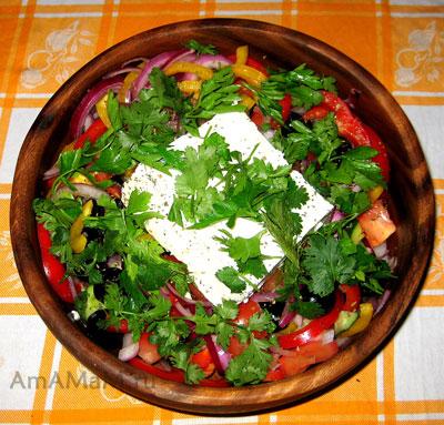 Как приготовить классический греческий салат с цельным кусом сыра фета