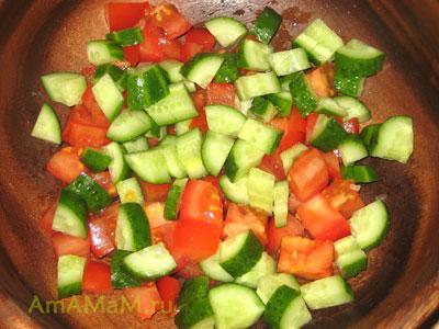 Помидоры и огурцы для греческого салата - как нарезать