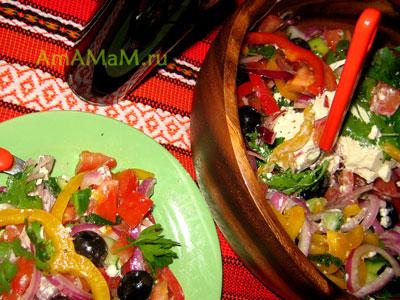 Фото греческого салата на тарелке
