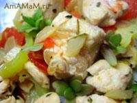 сочная куриная грудка, жареная с овощами: перцем, помидором и луком