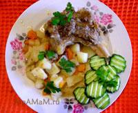 Тушеная грудинка с картошкой, луком, чесноком и морковкой