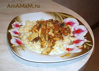 Очень вкусное северо-африканское блюдо - кускус с курицей, луком, морковкой и грибами, которое часто подают в Тунисе, Алжире или Марокко