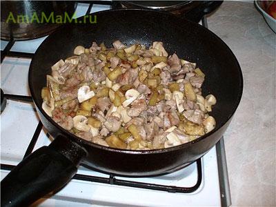 Обжариваем кусочки вкусной еды для макарон: индейка, грибы, баклажаны