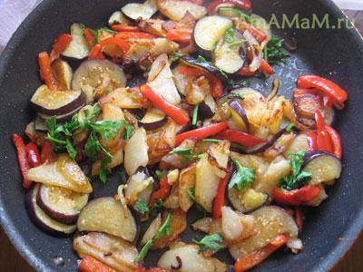 Картошка, баклажаны, перец, лук и зелень на сковороде