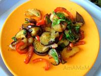 Жареные овощи: картошка, лук, баклажаны, перец и зелень