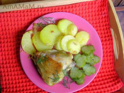 жареные куриные окорочка и молодая картошка с малосольными огурцами!