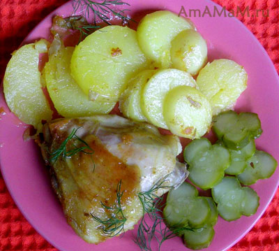 вкусная жареная курица с молодой картошкой и малосольными огурцами