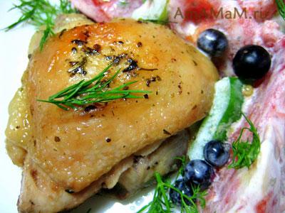 куриные бедрышки жареные с гарниром - салатом из помидоров, перца и смородины