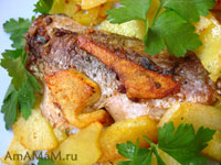 жареный карп с жареной картошкой и зеленью