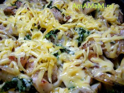 Жареная картошка с грудинкой и луком под сыром