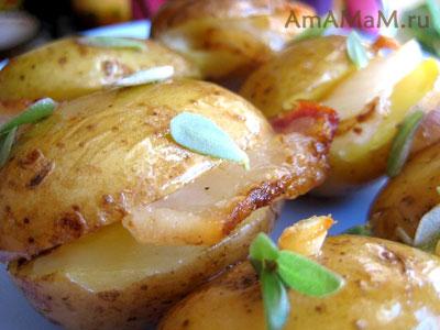 вареная картошка, фаршированная салом, запеченная в духовке с чесноком