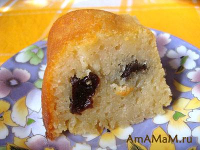 Вкусный кусочек черносливового бисквитного пирога