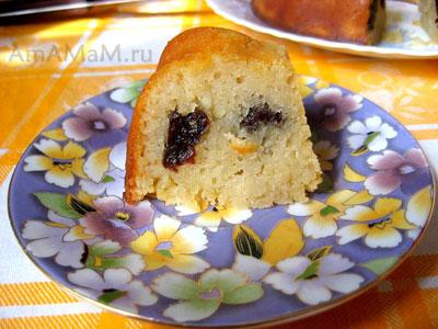 Кусочек черносливового пирога - очень вкусный и ароматный!