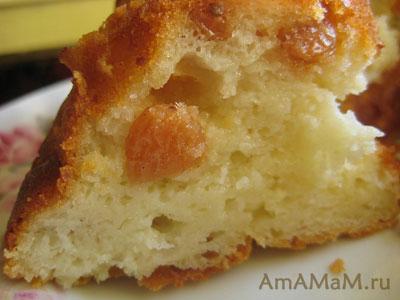 Ломтик свежего творожного кекса с изюмом - фото