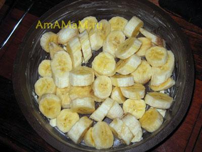 Выкладываем бананы, замаринованные в лимоном соке в силиконовую форму для пирогов