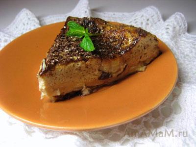Кусочек вкусного шоколадно-кофейного десерта-суфле с бананами и мятой