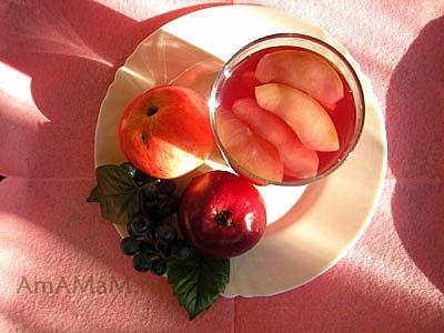 Яблочный компот с виноградом, яблочки и виноград, вид сверху