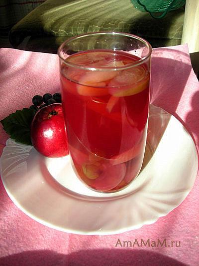 Стакан вкусного яблочного компота с виноградом